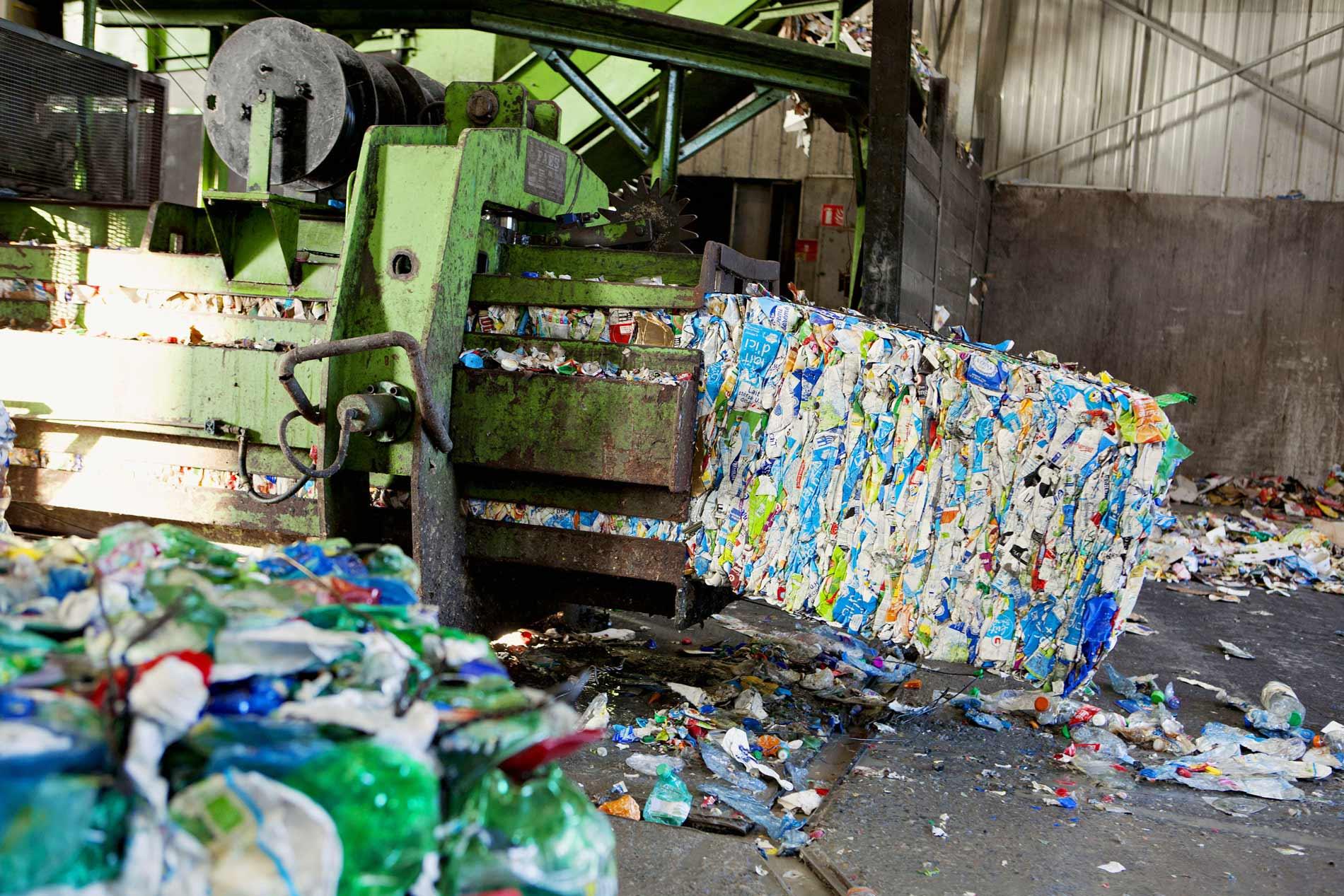 Une fois triés, les déchets passent dans une compacteuse...
