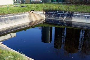 Lagune de réception des lixiviats en provenance des casiers. Cette lagune a une fonction de décantation et aération des lixiviats bruts avant stockage dans une autre lagune « couverte ».